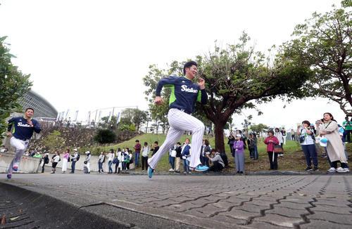 ファンが見守る中、田川(左)といっしょに坂道ダッシュをするヤクルトドラフト1位清水(撮影・狩俣裕三)