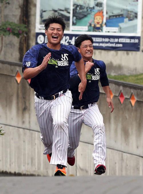 坂道ダッシュをする寺島(左)と高橋(撮影・狩俣裕三)