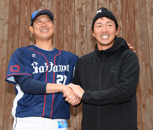 西武キャンプにサプライズ訪問した広島長野久義(右)と握手を交わす西武内海(撮影・たえ見朱実)