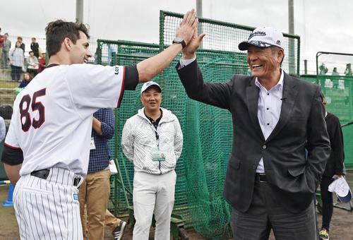 ロッテ石垣キャンプを訪れた中畑氏(右)はロッテのブラントンとハイタッチする(撮影・滝沢徹郎)