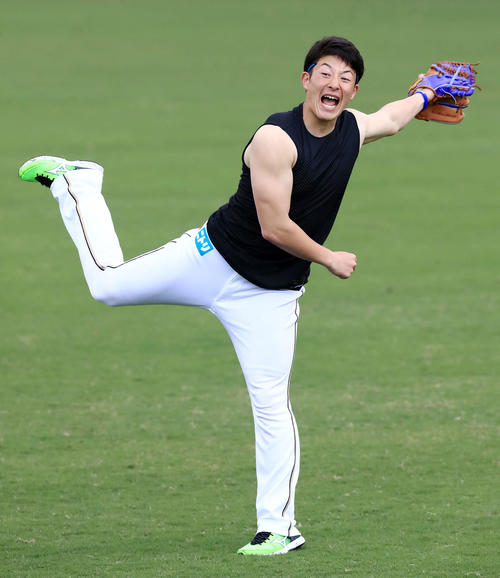日本ハム柿木とのキャッチボールで投球後にダイナミックなフォームを見せる吉田輝(撮影・江口和貴)