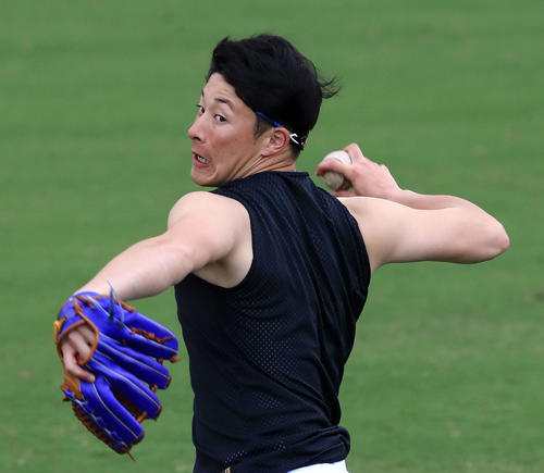 日本ハム柿木とのキャッチボールでツーシームを投げる吉田輝(撮影・江口和貴)