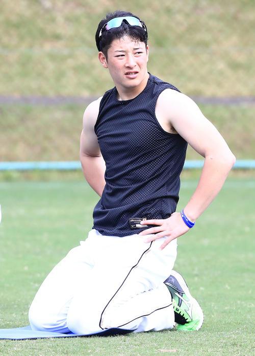 ノースリーブのシャツを着て練習する日本ハム吉田輝(撮影・江口和貴)