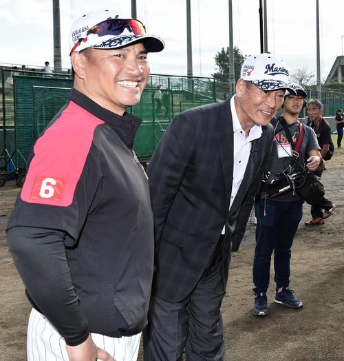 ロッテ石垣キャンプを訪れた中畑氏(右)はロッテ井口監督(左)と笑顔で話す(撮影・滝沢徹郎)