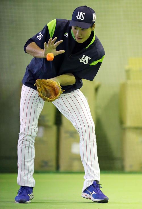 不規則なバウンドをするゴムボールで守備練習をするヤクルト広岡(撮影・狩俣裕三)