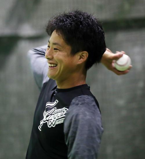 キャッチボール中、笑顔を見せる阪神木浪(撮影・前田充)