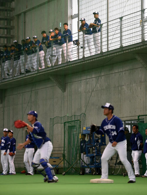 2階から投内連係を見る松坂(右端)ら中日投手陣(撮影・前岡正明)