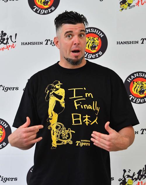 「I'm Finally日本人」と直筆で書かれたTシャツを着て取材に応じる阪神メッセンジャー(撮影・上田博志)