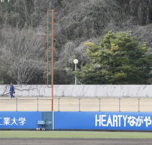 柳田悠岐のロングティーのボールが当たり、ライトスタンドの外灯が壊された(撮影・菊川光一)
