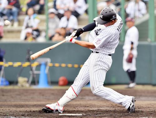 ロッテ対ラミゴ 8回裏ロッテ2死、安田は右中間へソロ本塁打を放つ(撮影・滝沢徹郎)