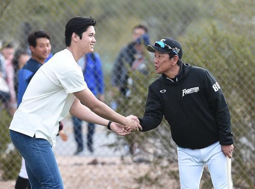 キャンプ地を訪れ、日本ハム栗山監督(右)に握手であいさつするエンゼルス大谷(撮影・菅敏)