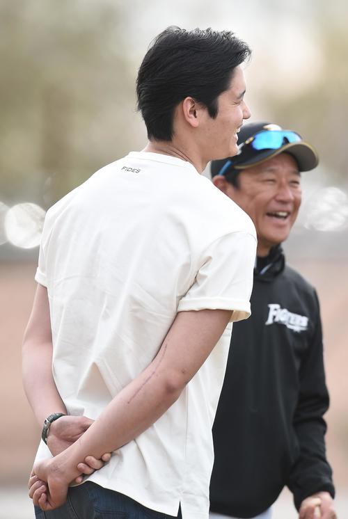 キャンプ地を訪れ、日本ハム栗山監督(右)と談笑するエンゼルス大谷。右肘には手術の痕が痛々しく残っていた(撮影・菅敏)