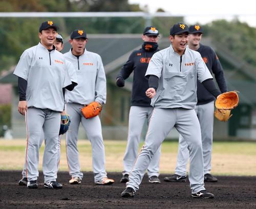 ノックで打球をトンネルした菅野(手前)は声を上げ「もう一丁」と要求する。後方左から沢村、野上、山口、クック、ヤングマン(撮影・垰建太)