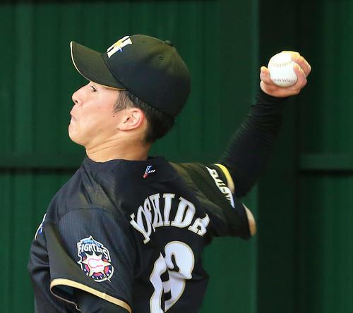 ブルペンで変化球を投げる日本ハム吉田輝(撮影・江口和貴)