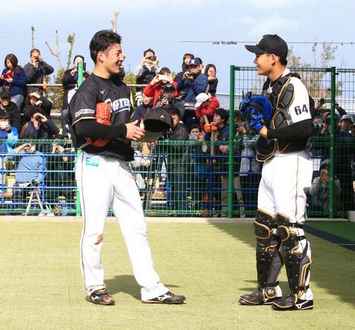 ブルペン投球後、日本ハム捕手田宮(右)と話す吉田輝(撮影・江口和貴)