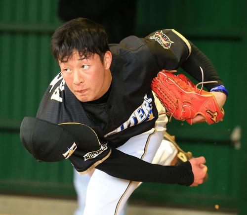 ブルペン投球で帽子を飛ばす日本ハム吉田輝(撮影・江口和貴)