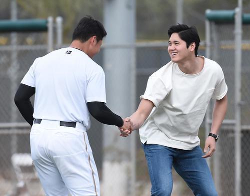 キャンプ地を訪れ、日本ハム清宮(左)に握手で激励するエンゼルス大谷(撮影・菅敏)
