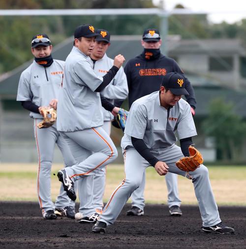 ノックで打球をトンネルする菅野(手前)。後方左から野上、沢村、山口、クック(撮影・垰建太)