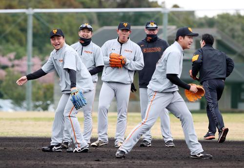 ノックで打球をトンネルする菅野(手前)。後方左から沢村、野上、山口、クック(撮影・垰建太)