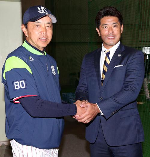 視察に訪れ、ヤクルト小川監督(左)と握手をする侍日本の稲葉監督(撮影・狩俣裕三)