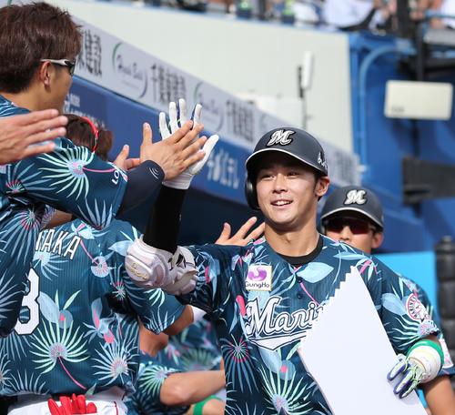 18年7月7日の日本ハム戦 5回裏2死二塁、本塁打を放ちベンチの出迎えを受けるロッテ平沢