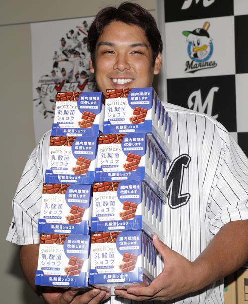 18年9月16日、20本塁打を達成しチョコレートを贈られたロッテ井上