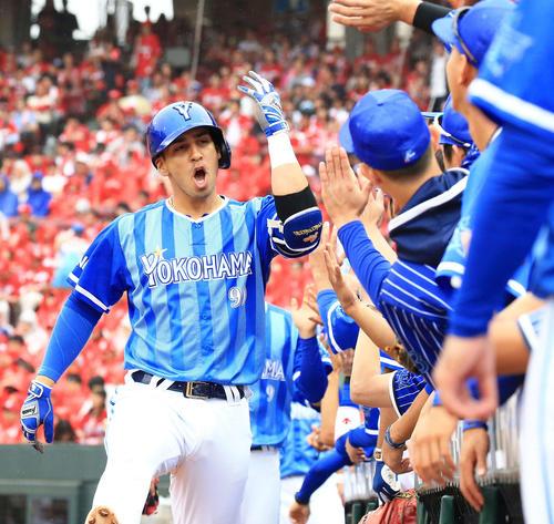 18年9月24日広島戦の3回表、逆転3点本塁打を放ちナインとタッチをかわすソト