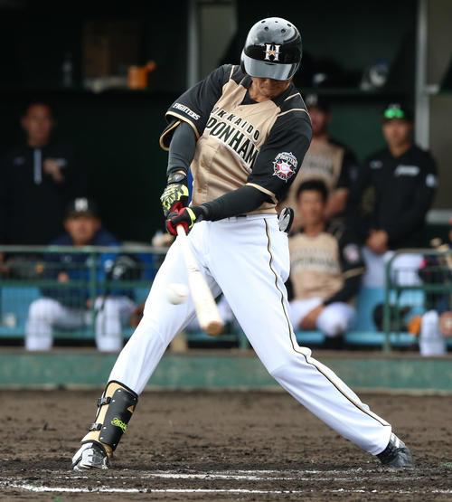 3回表日本ハム1死三塁、西川遥輝は左中間適時二塁打を放つ(撮影・上山淳一)