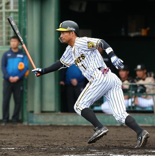 4回裏阪神無死、鳥谷敬は遊内野安打を放つ(撮影・上山淳一)
