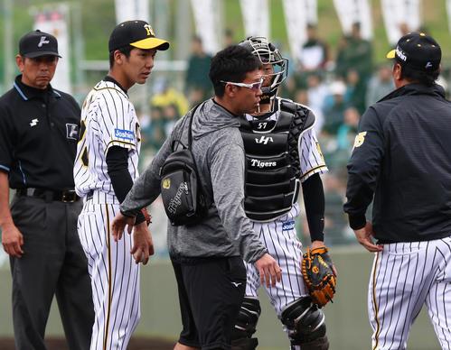 5回表日本ハム無死一塁、小野泰己(左から2人目)森山恵佑の時、アクシデントで降板する(撮影・上山淳一)