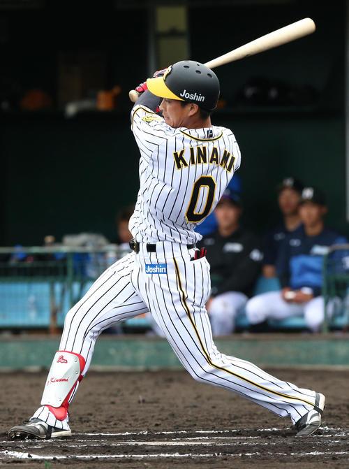 6回裏阪神無死一塁、木浪聖也は右に二塁打を放つ(撮影・上山淳一)