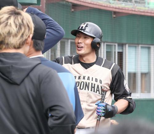 阪神対日本ハム 7回表、本塁打を放ちナインに出迎えられる大田(撮影・黒川智章)