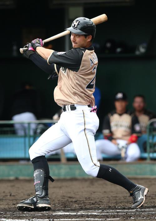 3回表日本ハム無死、浅間は左中間二塁打を放つ(撮影・上山淳一)