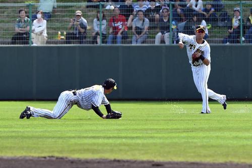 近本光司をバックアップする中谷将大が二塁へ向かうアレハンドロ・メヒアをアウトにする(撮影・奥田泰也)