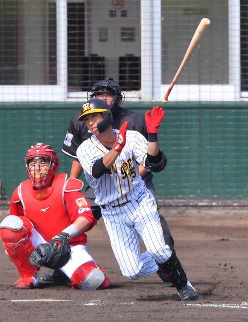 4回裏阪神無死、右中間へソロ本塁打を放つ江越大賀(撮影・上田博志)