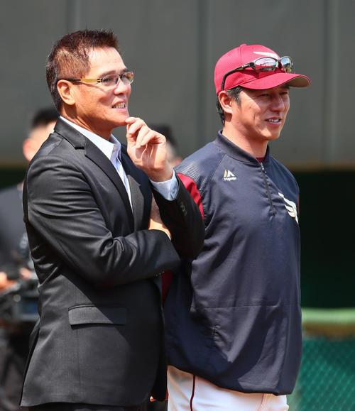 試合前、談笑する楽天平石監督(右)と郭源治氏(撮影・足立雅史)