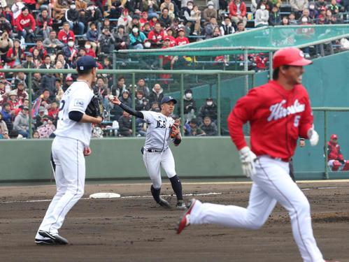 西武対広島 2回表広島2死、長野(右)は三ゴロに終わる。三塁手山田(中央)。左は内海(撮影・梅根麻紀)