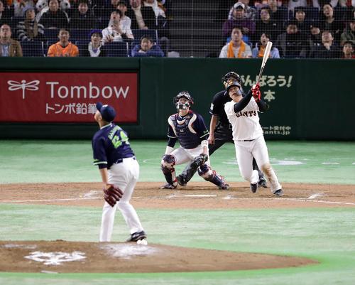 巨人対ヤクルト 9回裏巨人1死一塁、岡本は左翼にサヨナラ2点本塁打を放つ。投手風張(撮影・浅見桂子)