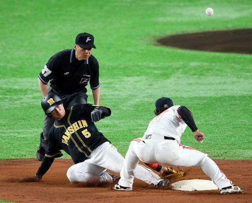 ソフトバンク対阪神 3回表阪神2死一塁、打者鳥谷敬の時、近本光司は二盗。野手今宮健太(撮影・栗木一考)