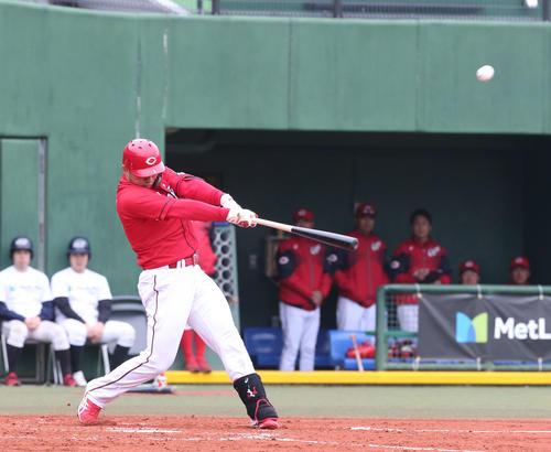 西武対広島 5回表広島無死一、三塁、鈴木誠也は右越えに3点本塁打を放つ(撮影・梅根麻紀)