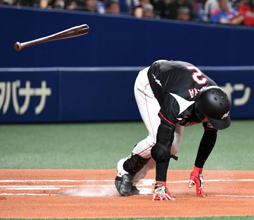 中日対ロッテ 1回表ロッテ無死二塁、藤原は二塁ゴロに倒れる(撮影・前岡正明)