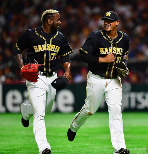 ソフトバンク対阪神 4回裏ソフトバンク1死一、三塁、甲斐の一塁線の打球を一塁手マルテ(右)が横っ跳びで好捕、一塁走者も封殺で併殺にとしガルシアも笑顔で感謝する(撮影・清水貴仁)