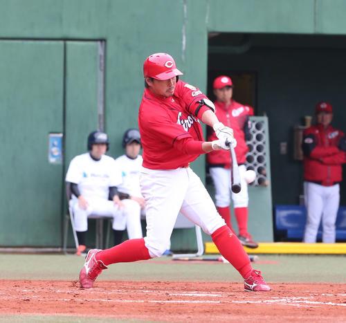 西武対広島 7回表広島1死一、二塁、長野は中越えに2点適時二塁打を放つ(撮影・梅根麻紀)