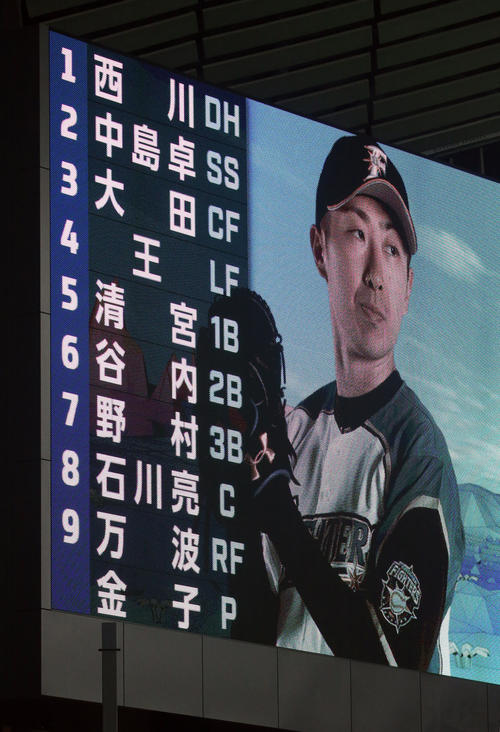 日本ハム対DeNA 7番サードで先発する日本ハム野村と9番レフトで先発する万波(撮影・佐藤翔太)