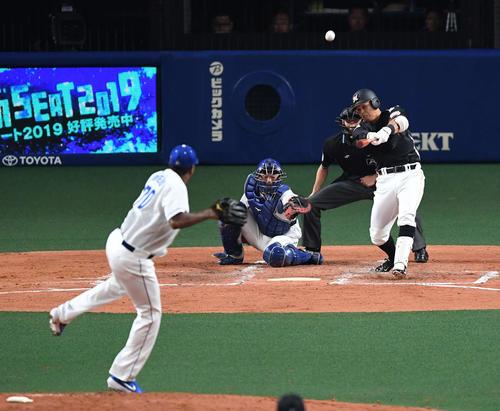 中日対ロッテ 3回表ロッテ1死一、二塁、中2点適時二塁打を放つ中村。投手ロメロ(撮影・鈴木みどり)