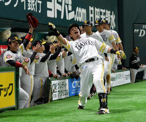 ソフトバンク対阪神 1回裏ソフトバンク2死満塁、松田宣浩は左越えに満塁本塁打を放ち、ベンチ前で「熱男」と雄たけびを上げる(撮影・今浪浩三)