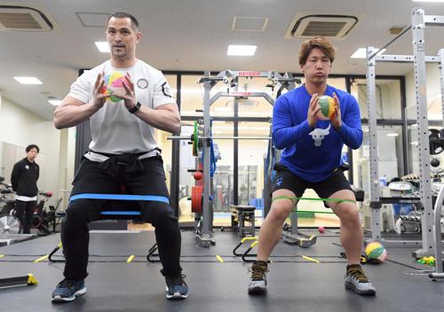 室伏広治氏(左)の指導の下、紙風船を使ってトレーニングするオリックス吉田正(2019年1月20日)