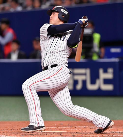 18年11月14日の日本対MLB 2回裏日本無死、岡本は中越えソロ本塁打を放つ(撮影・滝沢徹郎)