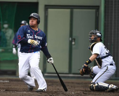 オリックス対西武 3回表西武無死一、三塁、山川穗高は適時二塁打を放つ。捕手若月健矢(撮影・渦原淳)