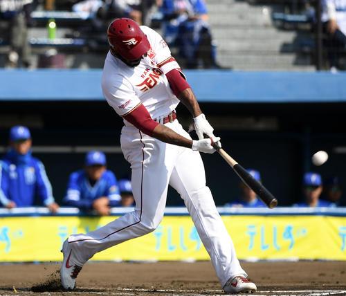 楽天対DeNA 1回裏楽天無死一、二塁、左越え3点本塁打を放つブラッシュ(撮影・横山健太)